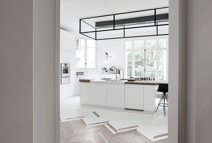 Op zoek naar inspiratie voor het inrichten van een mooie witte lichte keuken? Klik hier en kom binnenkijken in deze prachtige keuken uit Parijs!