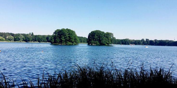 Nicht nur das sehr klare Wasser mit bis zu 4 Metern Sichttiefe, sondern auch die Aussicht auf zwei verwunschene, grüne Inseln erfreut die Badegäste am Groß-Glienicker See.