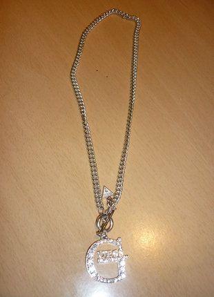 À vendre sur #vintedfrance ! http://www.vinted.fr/accessoires/colliers/29238965-collier-avec-pendentif-guess