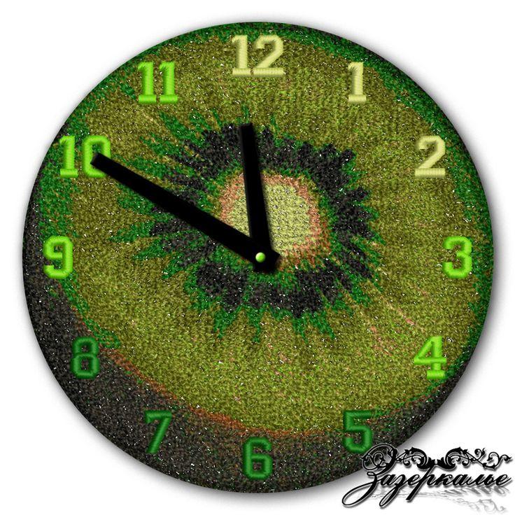 Авторские часы с машинной вышивкой «Спелый киви» выполнены на габардине. Весь циферблат покрывает вышивка в технике «Фотостежок», цвета нитей насыщенные и яркие.