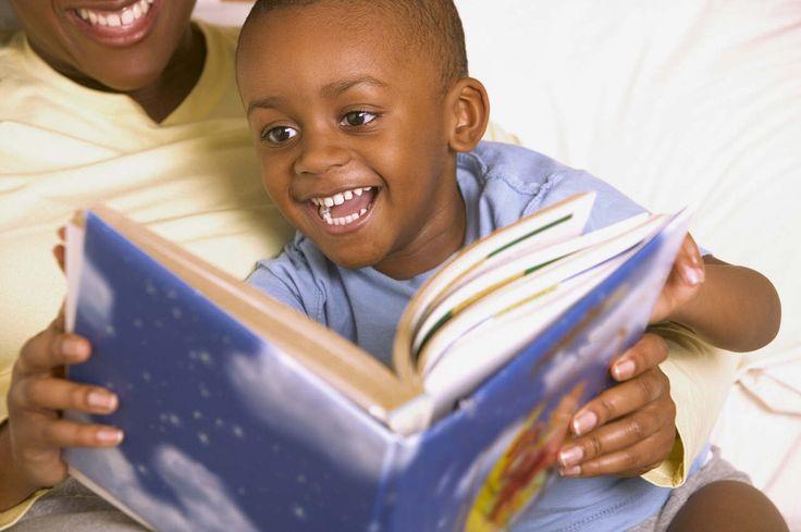 Para incentivar a leitura, pais e filhos devem compartilhar esse momento