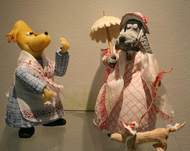 Taidokkaasti rakennetut pikkuruiset esineet ja kaikki Koiramäen tarvekalut ovat osa näyttelyn viehätystä.  Oulu (Finland)