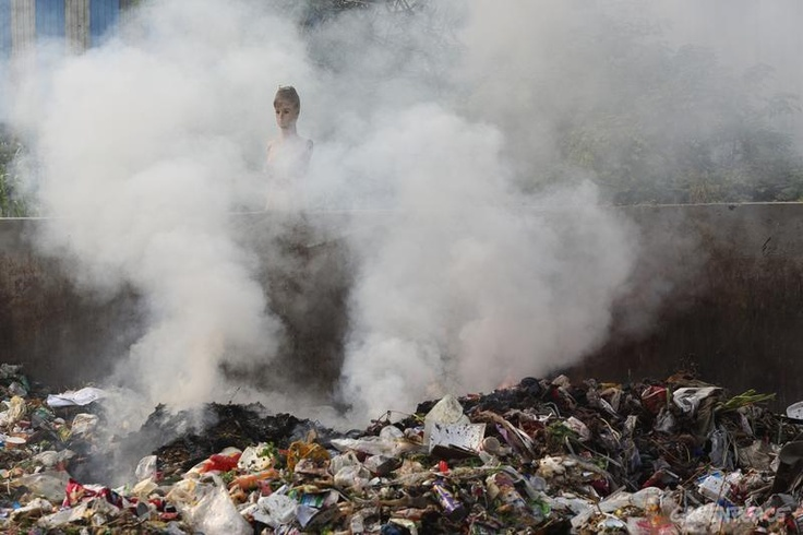 Rubbish is burnt in the sreet, Hangzhou Bay Economic Development Zone.  © Qiu Bo / Greenpeace