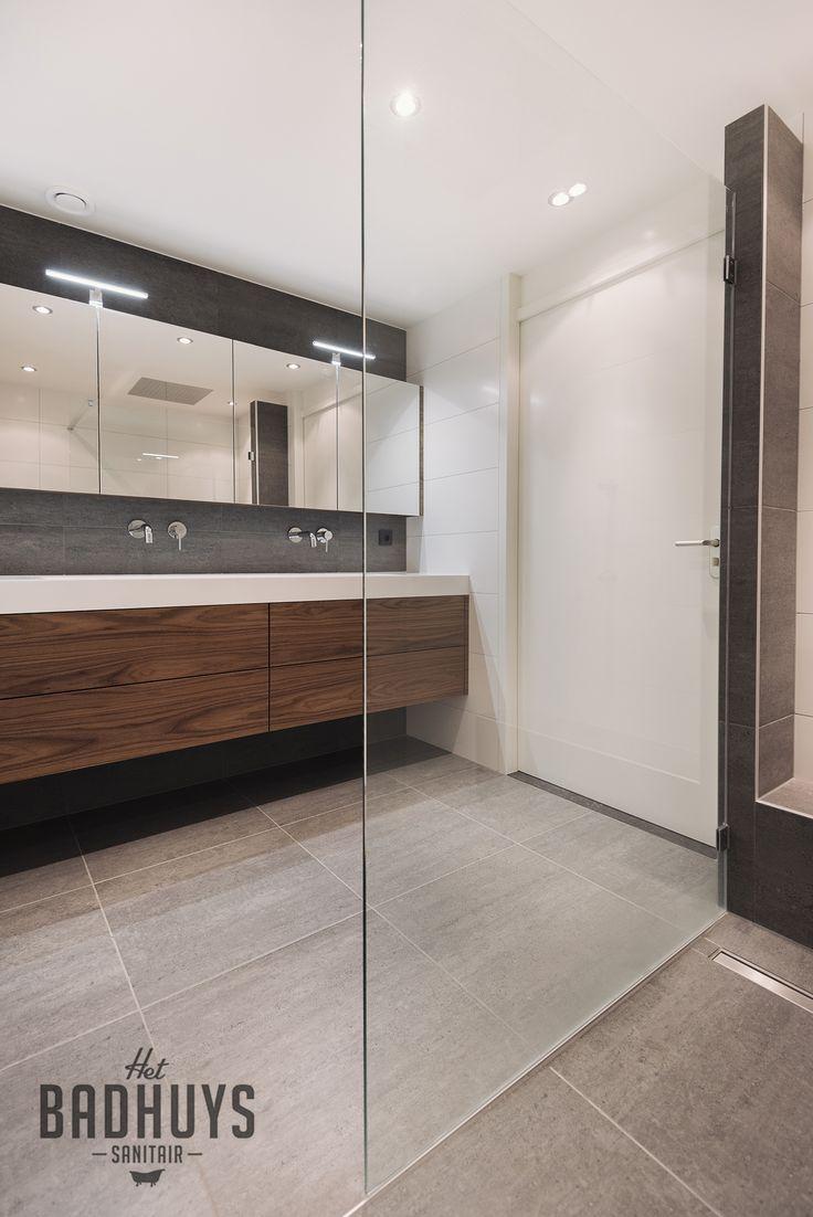 Luxe badkamer met maatwerk meubel uitgevoerd in notenhout | Het Badhuys Breda