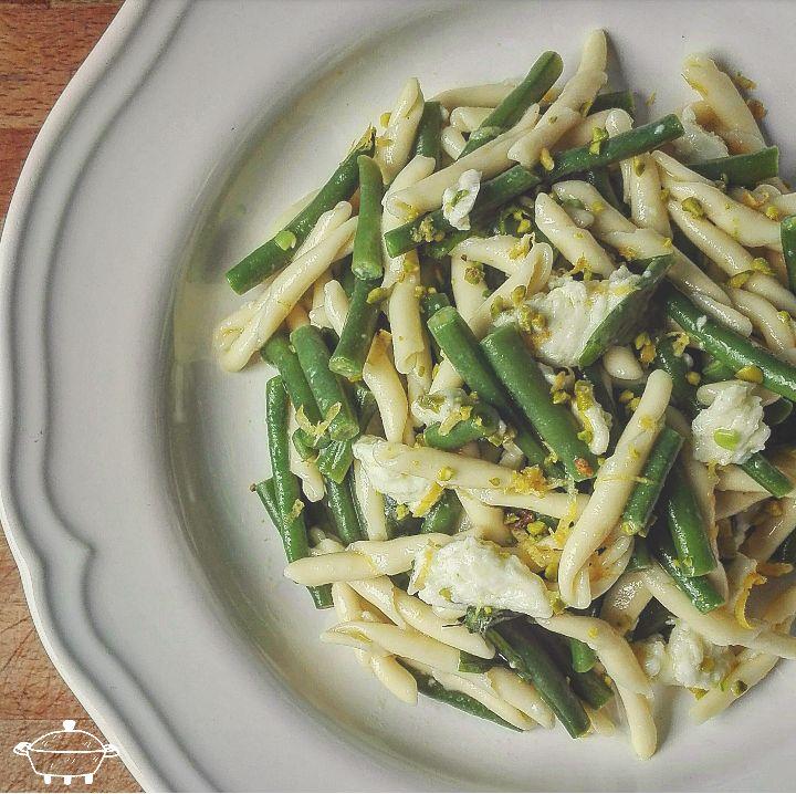 Strascinati con fagiolini, bufala, basilico e limone - Per prima cosa cuocete in acqua bollente la pasta ed una volta cotta scolatela. Sbollentate...