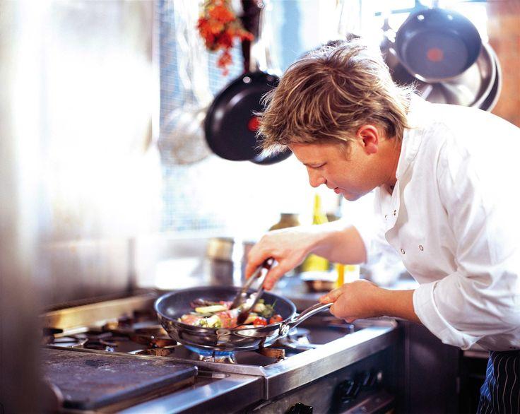 Чего не хватает у вас на кухне? Смотрим must-have списки от именитых кулинаров.