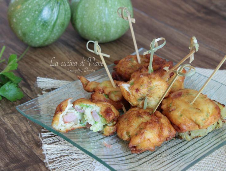 FRITTELLE DI RICOTTA CON ZUCCHINE E SPECK ricetta golosa facile da fare per realizzare gustose frittelle da servire come aperitivo antipasto o contorno