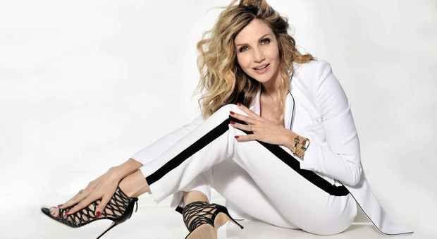 Lorella Cuccarini: «Sensualità è una danza senza fine»  ||  «Questa è la mia unica droga» sorride Lorella Cuccarini mentre, timidamente, addenta un pezzo di cioccolata. Cinquantadue anni che le scivolano addosso, l'aria da eterna... https://www.ilmattino.it/societa/persone/lorella_cuccarini_sensualita_danza-3318401.html?utm_campaign=crowdfire&utm_content=crowdfire&utm_medium=social&utm_source=pinterest