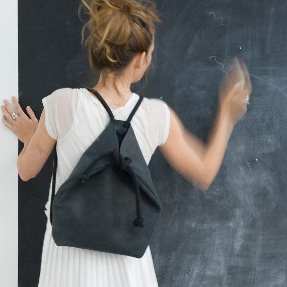 Minimal zaino nero La rustica in pelle invecchierà magnificamente! La corda nera è morbido e grosso. Si inserisce un Mac 13. Particolarità: regolando la corda si può fare una borsa! Vedere come: http://chrisvanveghel.blogspot.nl/2013/10/how-to-from-rucksack-handbag.html interno: portachiavi misure ±: w. 27cm x h.40cm x d.10cm si prega di notare: Questo è un * ORDER TO MADE * elemento Colori possono variare da schermo a schermo