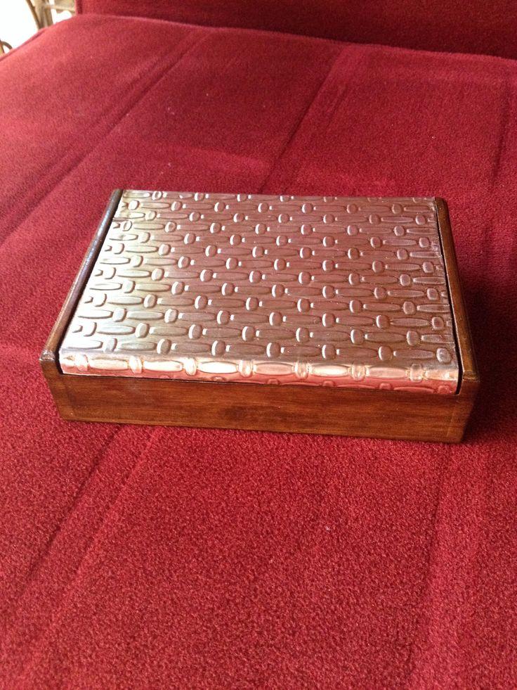 Caja MDF falsa madera para barajas con tapa repujada de Carolina VP