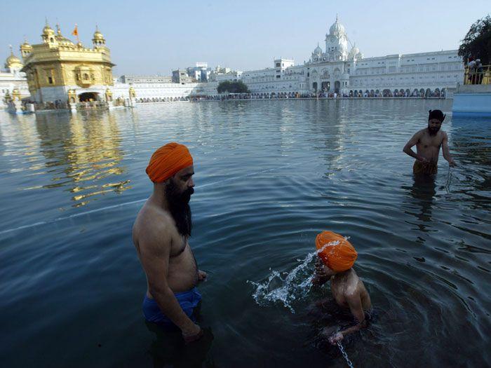 Raminder Pal Singh/EfeDevotos participam de um banho ritual no Templo Dourado, o mais sagrado dos santuários Sikh, na Índia. Eles celebram o festival Visakhi, que marca o ano-novo Sikh