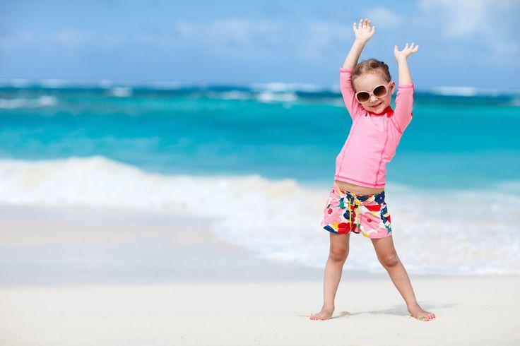 Découvrez une sélection de 8 marques de tee-shirts anti UV pour enfant et apprenez comment bien les choisir pour une protection solaire, même mouillé.