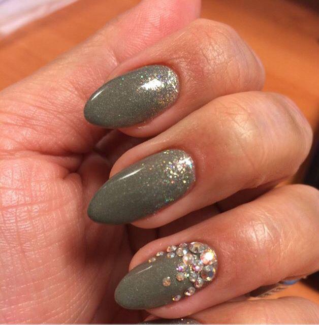 1 hand feestelijke nagels klaar! CND™ SHELLAC™ Wild Moss met ADDITIVE™ Hummingbird & Swarovski Crystal AB kristallen, op een Liquid & Powder basis nagel  Gemaakt door Wendy Vink