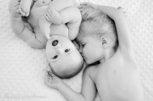 Photo idea for baby and older sibling – photo by Lauren Sanderson