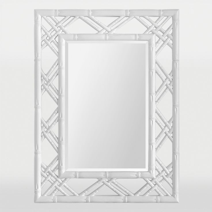 Ce cadre en faux bambou est fini en blanc éblouissant et entoure un miroir à biseau rectangulaire / This faux bamboo frame is finished in a dazzling white and surounds a rectangular beveled mirror