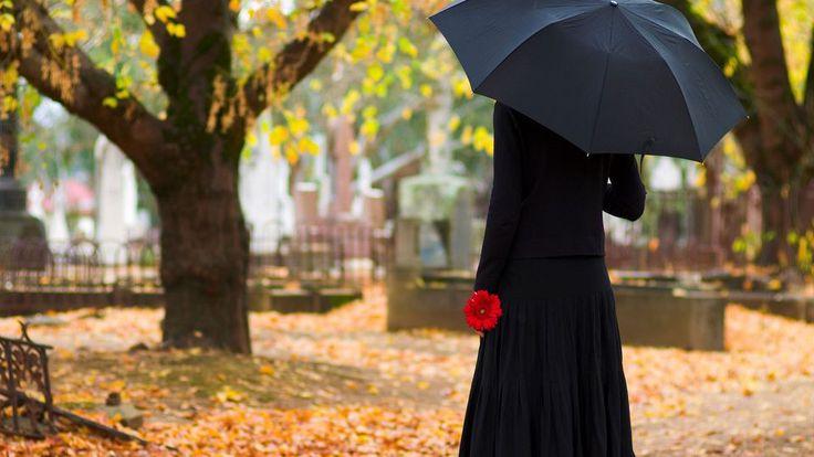 """""""Loin de parler d'oubli ou de 'tourner la page' comme on se le représente habituellement, le deuil porte l'authentique promesse de la préservation du lien avec la personne aimée"""", analyse le psychiatre Christophe Fauré."""