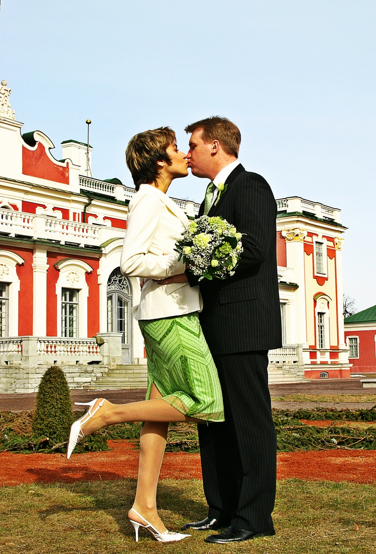 It's a nice day for an apple-green wedding ;)
