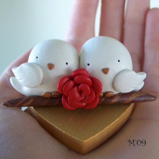 Palomitas con flor roja.