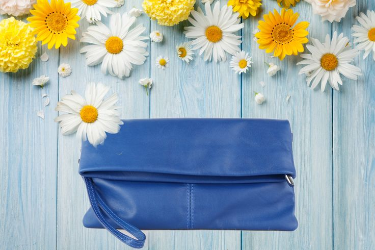 Krásná kožená kabelka Violeta vhodná pro mladé dámy a starší dámy čeká na www.emotys.cz. #emotyscz#emotys#violeta #květy #kozenakabelka #verapelle #modrakozenakabelka #leto #summer #nákupníhorečka #slevy