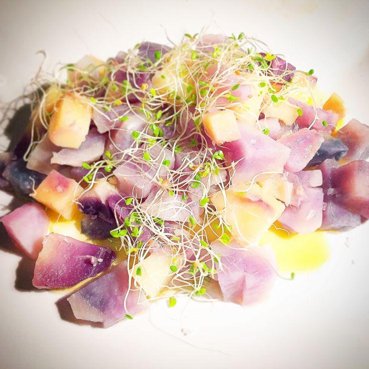 Insalata di patate viola e germogli.