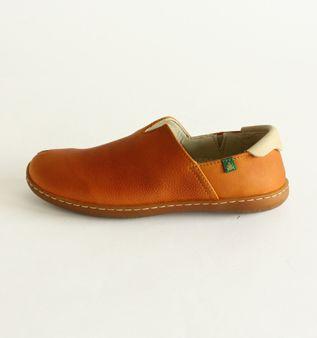 EL NATURALISTA. wearing comfortable shoes.