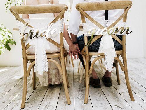 Hoe gaaf zijn deze gouden chair signs met 'bride' en 'groom' erop? Super gaaf voor aan jullie stoelen tijdens de ceremonie of het diner! De chair signs passen perfect bij br…