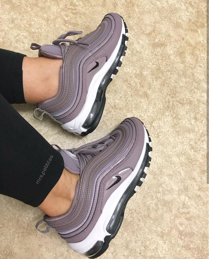 Nike Air Max 97 en violet foncé / sombre mauve // ​​Photo: mrs.pebbles | Instagram