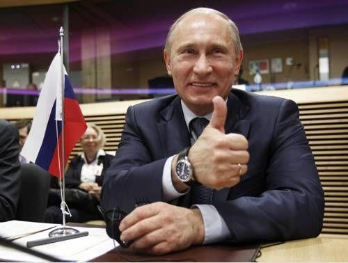 """Андрей Колесников: В фотодавке один бельгийский фотограф, которому фотокор """"Итогов"""" господин Новиков не давал снять господина Путина, укусил русского фоторепортера за руку. На это кроме самого репортера обратил внимание и сам господин Путин, который, увидев это, заметно повеселел и даже показал фотографическому сообществу большой палец (спасибо, что не средний). Фото: Reuters:"""
