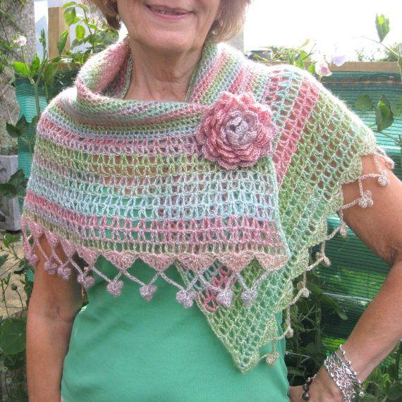Chal de ganchillo precioso con broche flor por PollyKrafts en Etsy, £35.00