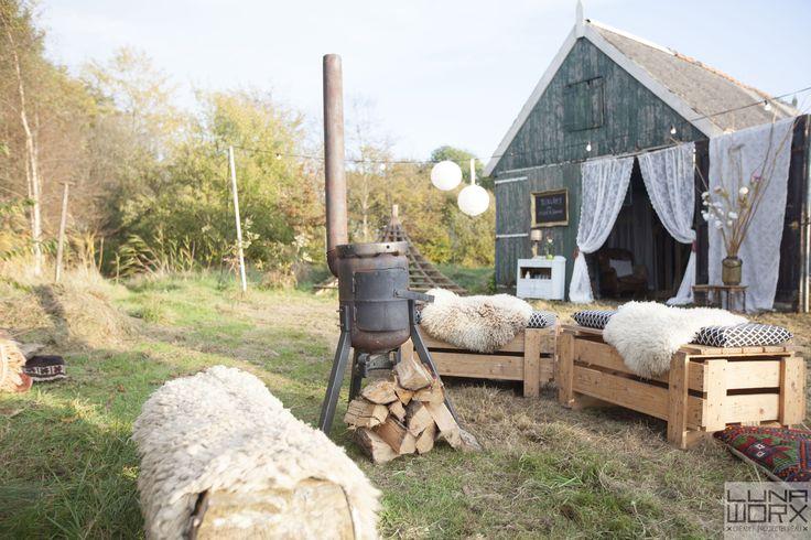 Lekker zitplekken met schapenvachtjes, bij de vuurpot