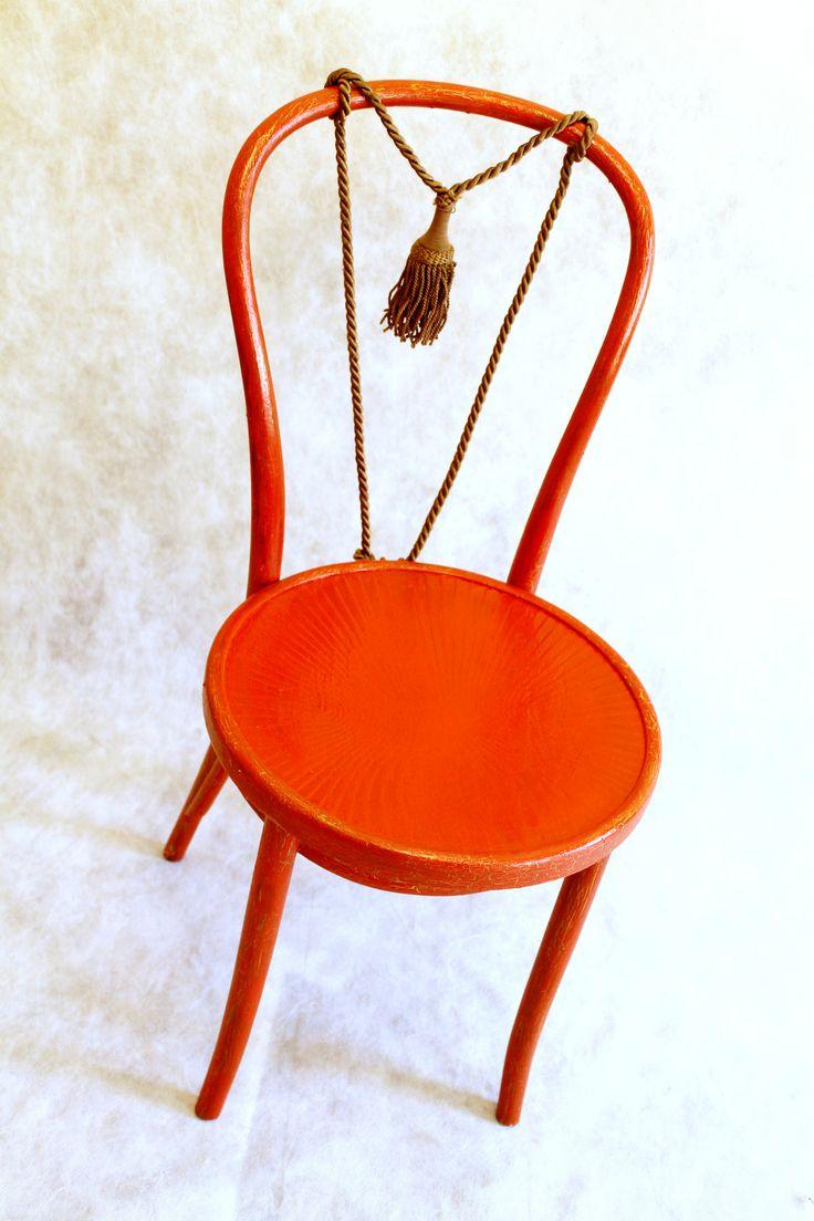 Оригинальный венский стул в красном цвете! Золотые трещины придают ему более богемный вид, а спинка перетянута вместо стандартных коричневых перекладин шелковым жгутом с кисточкой!