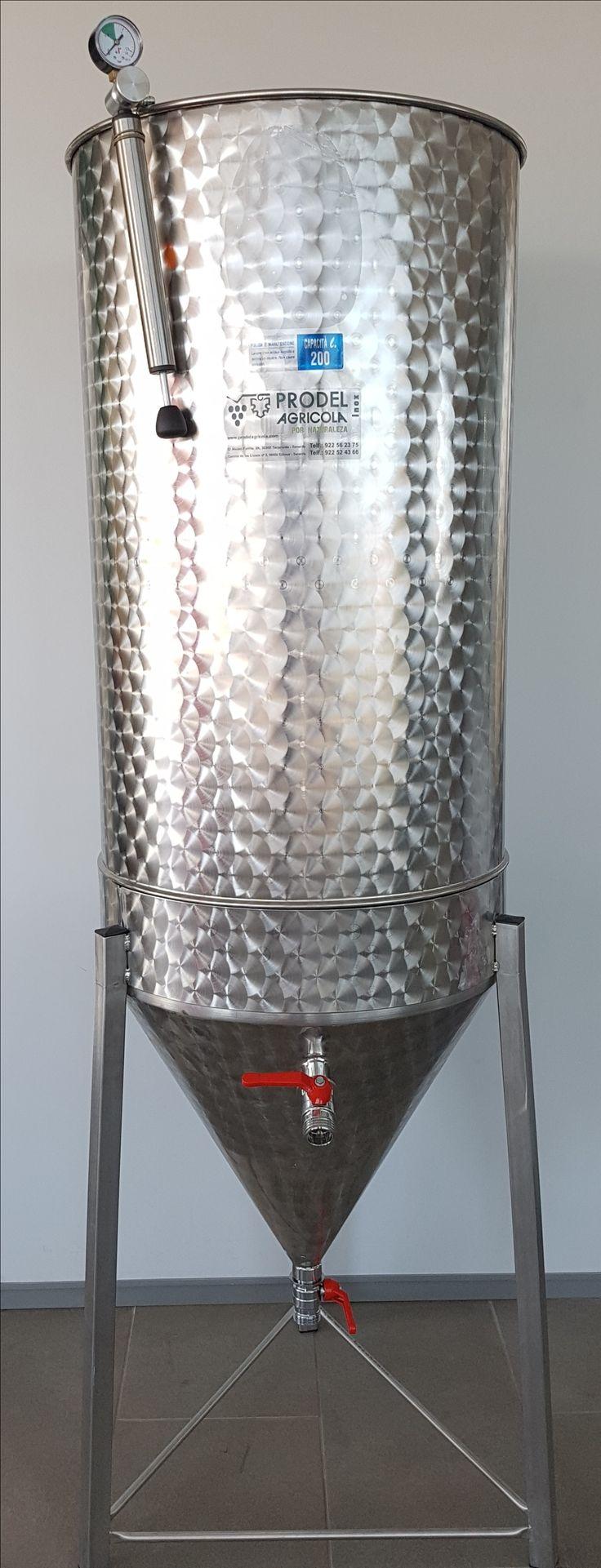 Depósito de acero inoxidable con fondo cónico de 60º de inclinación apto para decantación. Tapa superior flotante con sistema siemprelleno. Apoyado sobre patas