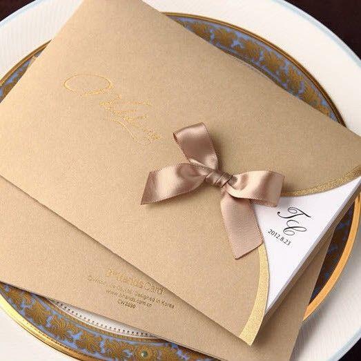 Cartões de convites de casamento brilhante laço de seda ouro escuro com…