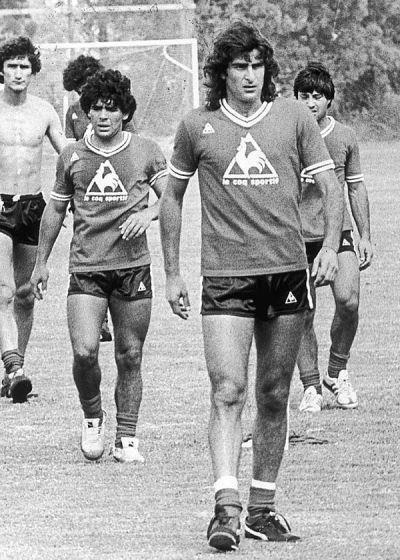 Mario Alberto Kempes ,Maradona y atras del Diego Edgardo Bauza.