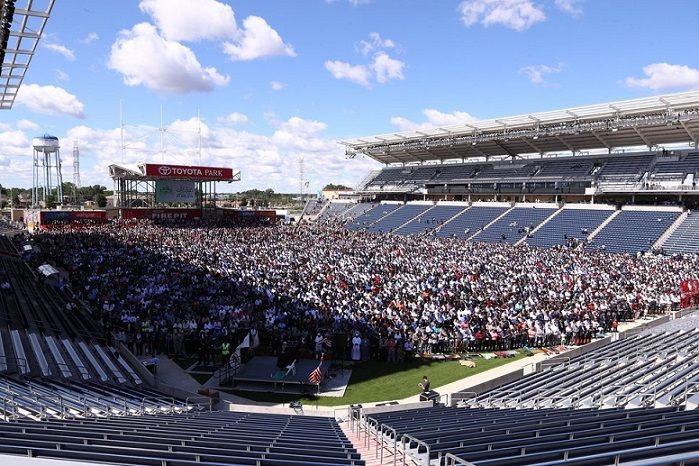 A huge soccer stadium in the USA is filled with 25,000+ worshipers during Eid prayers.   WATCH ⬇️
