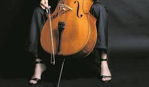 7/ Nee, op Mia's kamer hangen geen posters van ruige rockbands, maar onder haar bed huist de volledige platencollectie van Yo-Yo Ma. Ze leeft zich niet uit met drumsticks, maar met een strijkstok. Sinds haar tiende leeft Mia voor haar cello, luistert naar klassieke muziek en komt tot leven in de opera.
