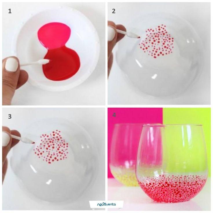 Una forma divertida de darle un toque diferente a los vasos de tu hogar. Necesitas: vasos de vidrio, esmaltes (de los colores que desees), un plato y copitos de algodón. Agrega el esmalte al plato y unta el copito (imagen 1 y 2). Pinta puntos pequeños en la parte inferior del vaso (imagen 3). ¡Déjalo secar por 1 hora! Imagen: Pinterest