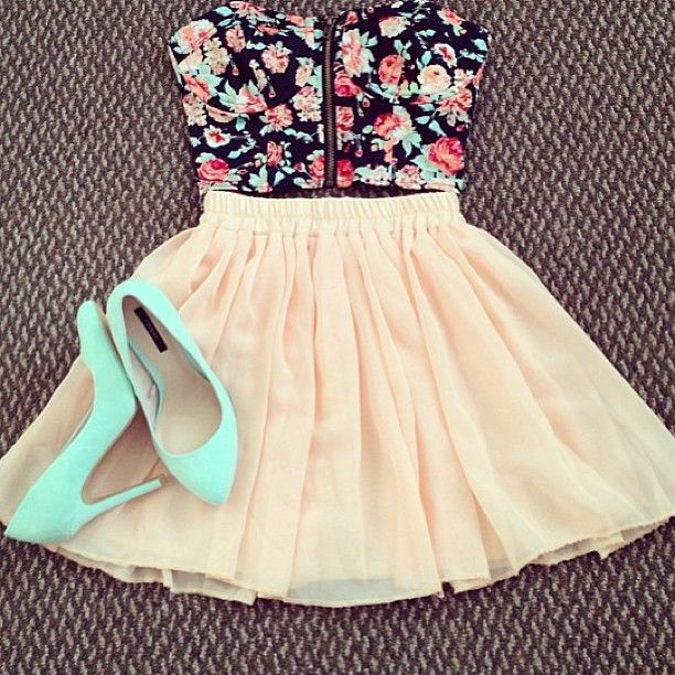 floral bustier, skirt, and colored heels. Cute summer outfit