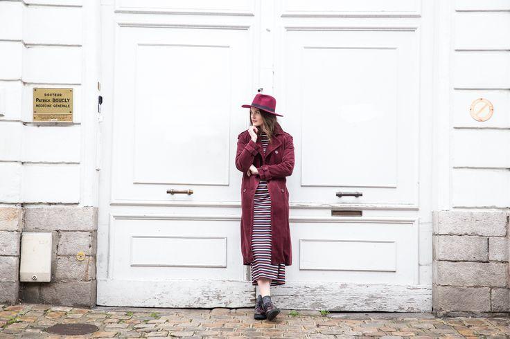 Chapéu em lã modelo panamá, vestido comprido às riscas, trench em veludo e derbies compensados Look