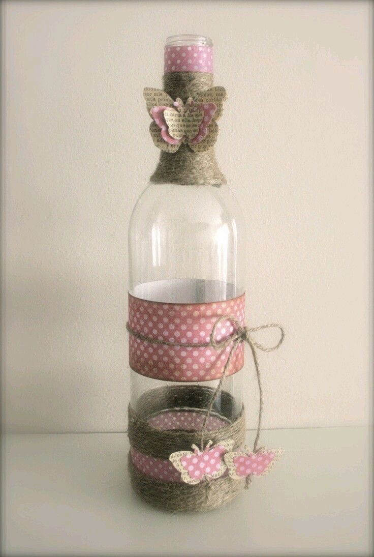 reutiliza botellas de cristal de vino o cerveza y en hermosos objetos decorativos usando yute
