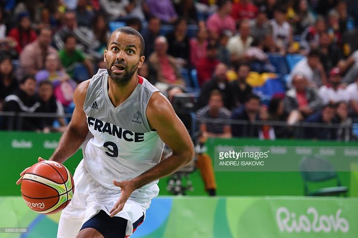TOPSHOT - France's point guard Tony Parker runs for the basket during a Men's round Group A basketball match between France and Venezuela at the Carioca Arena 1 in Rio de Janeiro on August 12, 2016 during the Rio 2016 Olympic Games. / AFP / Andrej ISAKOVIC