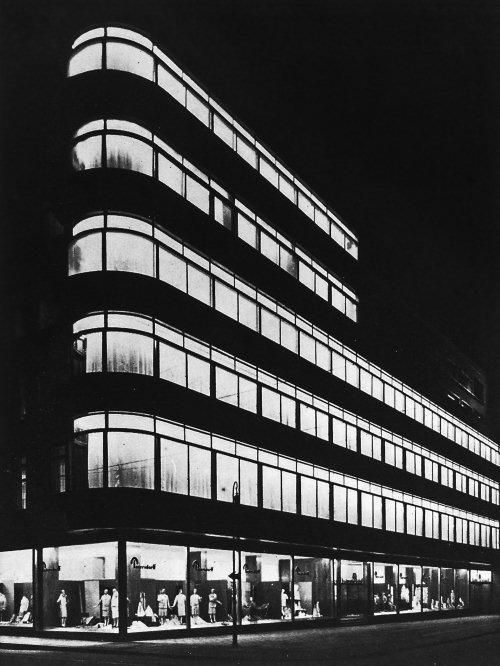 Erich Mendelsohn is working on curved, and decorated building