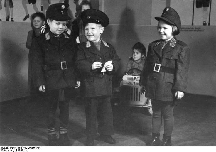 1947 Kindergarten im Berliner Polizei-Präsidium. Ein besonderes Vergnügen ist es in wichtigen Uniformen, wie Vati + Mutti sie haben, Schupo zu spielen.