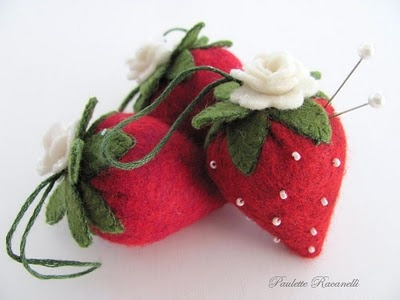 felt strawberries via beedeebabee begin with circle of red felt, sinch up, and sew, sounds easy!