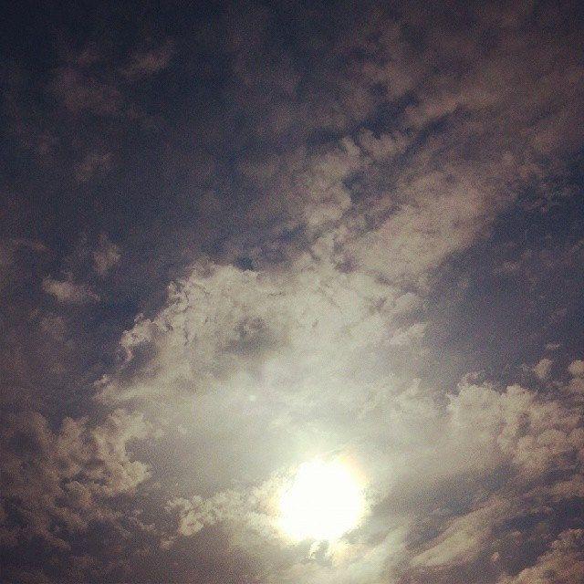 کلمه: خورشید.  توضیح: چیزی که روزها در آسمان است و به دنیا گرما و نور می دهد.  مثال: خورشید همیشه پشت ابر نمی ماند.  #zangefarsi #learnpersian www.zangefarsi.com