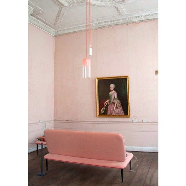 || An elegant, slightly aged pink forms a perfect envelope for this minimal arrangement of contemporary furniture and classical style artwork. The decoration makes a convincing case for mixing tones of pink, from the wall to the rose-y dress in the painting to the coral of the upholstery || #gradientlamp #studiowm #art #artwork #painting #renaissance #classicalpainting #portrait #pink #oldmeetsnew #sofa #pendantlight #chandelier #decor #artlovers #instaart #instadesign #interiors…