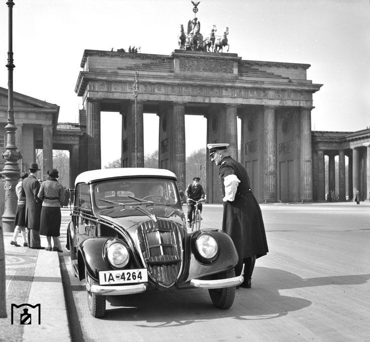 1938 Verkehrskontrolle am Brandenburger Tor in Berlin