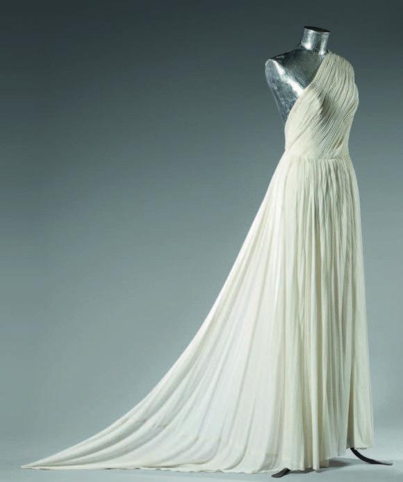 Madame Grès, vers 1950.   Robe drapée en jersey de soie ivoire de Racine,     © Grès/Haute couture, G.Milleret