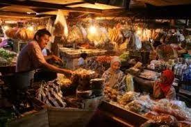 Pasar Antasari Kalimantan: De Pasar Antasari is een soort mengvorm van een markt en een circus. Je kunt hier van alles kopen, van goedkope horloges en medicijnen tot kleding en voedsel. Tegelijkertijd kun je de vele straatartiesten bewonderen die bijvoorbeeld stunts met kokosnoten uithalen, kunstjes met slangen en krokodillen uitvoeren.