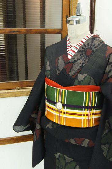 黒の地に大胆に浮かぶ花の円文様が大正浪漫・昭和レトロな詩情をさそう紗の夏着物です。 #kimono